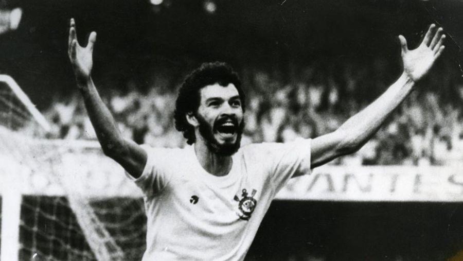 Sócrates em ação pelo Corinthians em 1981
