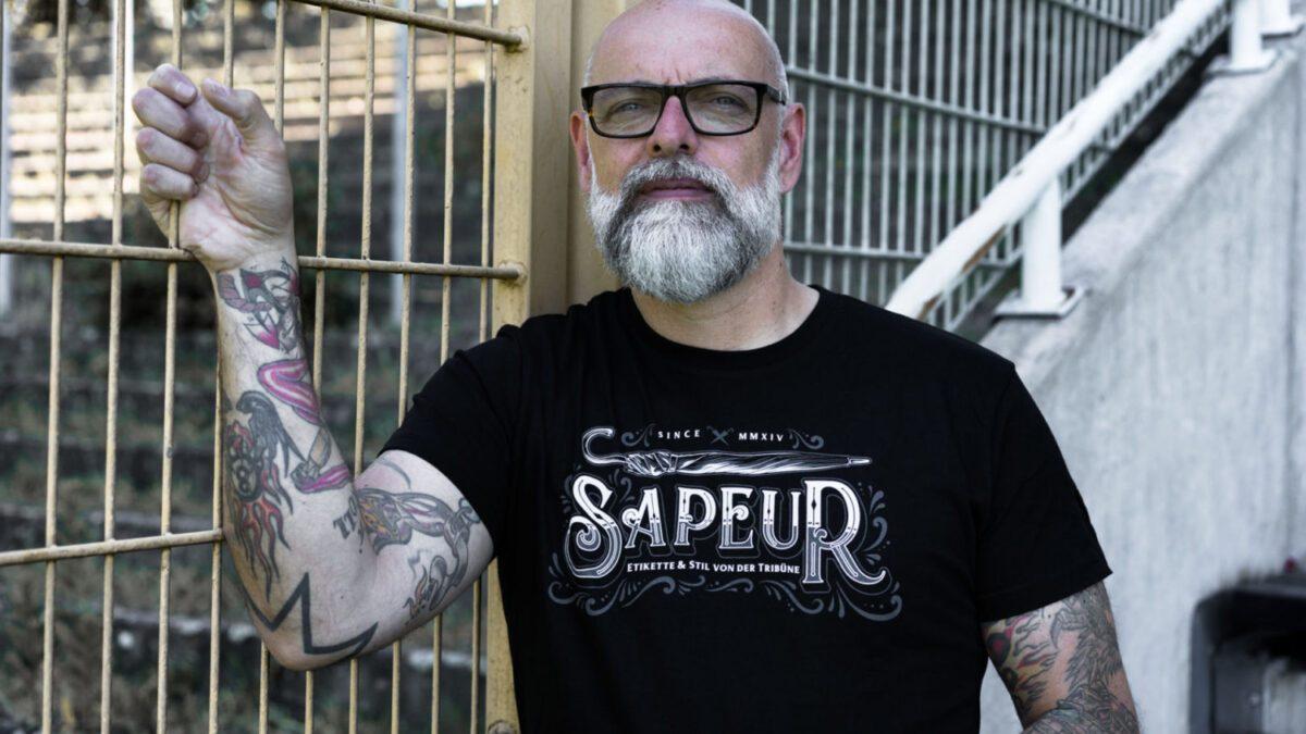"""Neues Sapeur OSB T-Shirt """"Etikette & Stil von der Tribüne"""""""